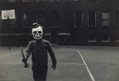 Photo noir et blanc : une personne masquée