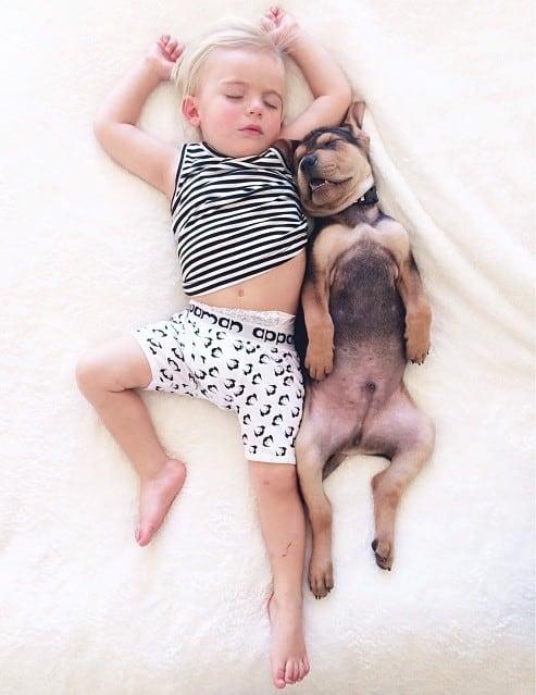 Amitié entre un bébé et un chiot – 4