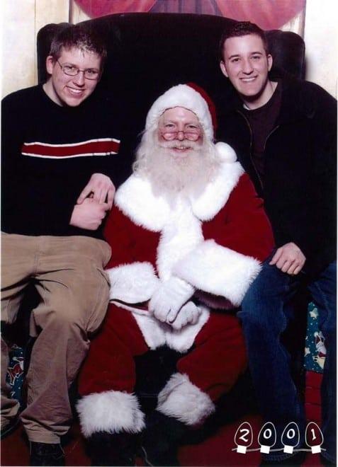 Deux garçons font une photo avec le Père Noël pendant 34 ans – 1