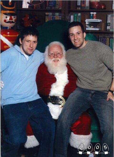 Deux garçons font une photo avec le Père Noël pendant 34 ans – 10