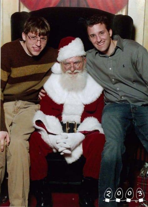 Deux garçons font une photo avec le Père Noël pendant 34 ans - 12