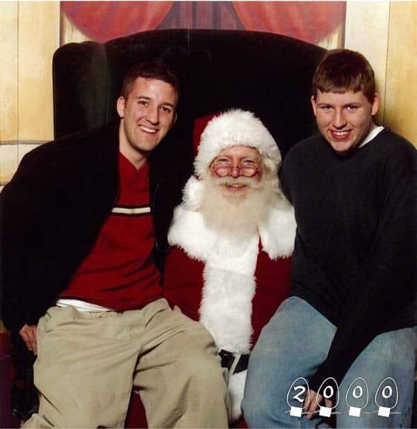 Deux garçons ont pris des photos avec le Père Noël depuis 34 ans !