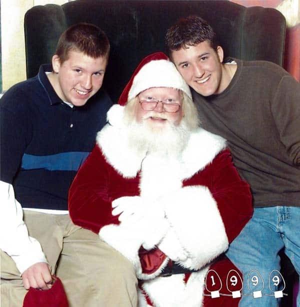 Deux garçons font une photo avec le Père Noël pendant 34 ans - 16