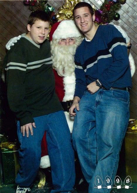 Deux garçons font une photo avec le Père Noël pendant 34 ans – 17
