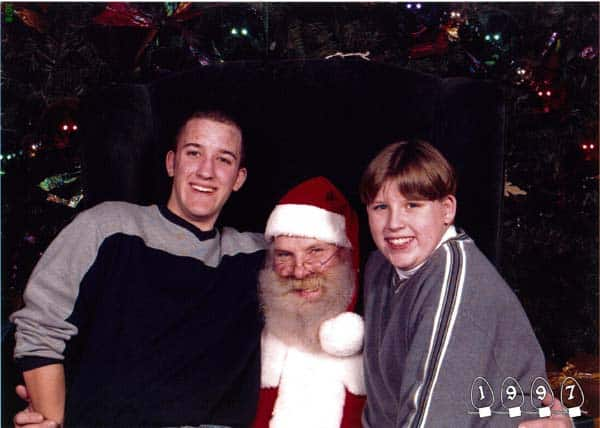 Deux garçons font une photo avec le Père Noël pendant 34 ans – 18