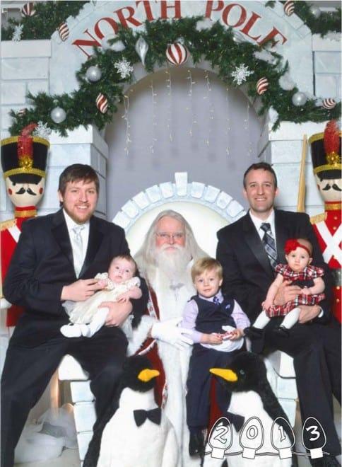 Deux garçons font une photo avec le Père Noël pendant 34 ans - 2