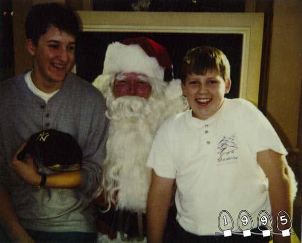 Deux garçons font une photo avec le Père Noël pendant 34 ans – 20