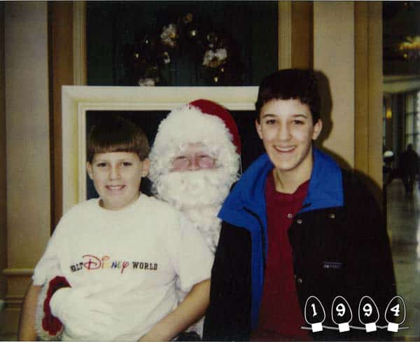 Deux garçons font une photo avec le Père Noël pendant 34 ans – 21