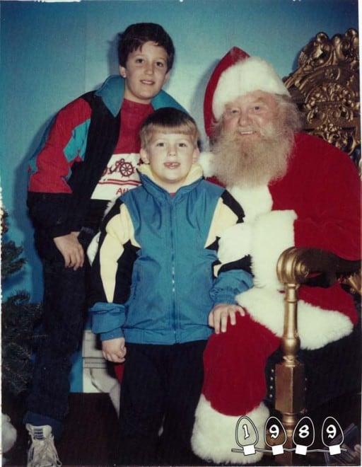 Deux garçons font une photo avec le Père Noël pendant 34 ans – 26