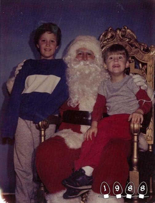 Deux garçons font une photo avec le Père Noël pendant 34 ans - 27