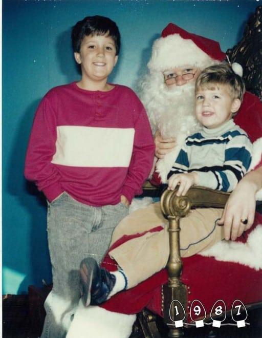 Deux garçons font une photo avec le Père Noël pendant 34 ans – 28