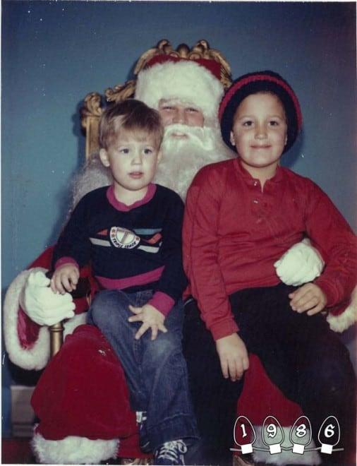 Deux garçons font une photo avec le Père Noël pendant 34 ans - 29