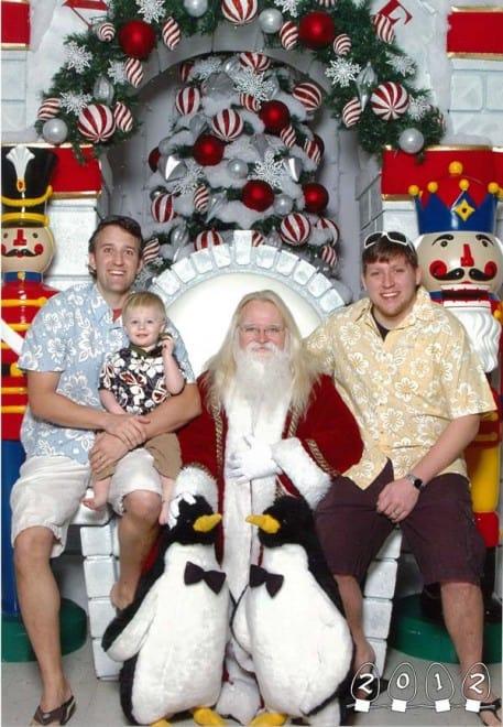 Deux garçons font une photo avec le Père Noël pendant 34 ans - 3