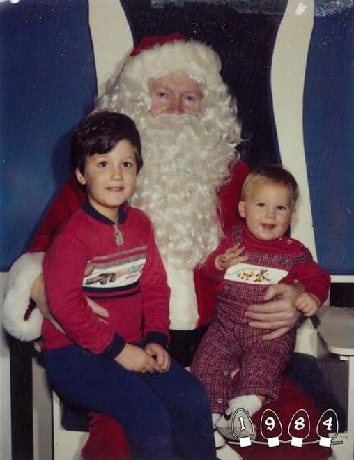 Deux garçons font une photo avec le Père Noël pendant 34 ans – 31