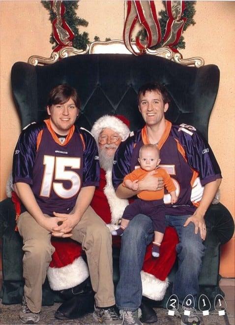 Deux garçons font une photo avec le Père Noël pendant 34 ans - 4
