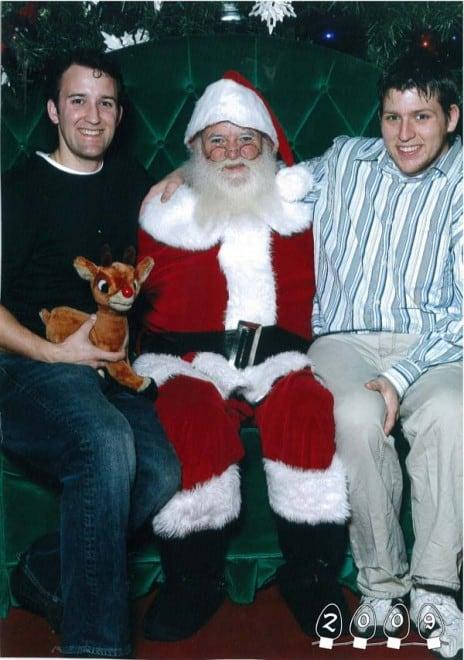 Deux garçons font une photo avec le Père Noël pendant 34 ans - 6
