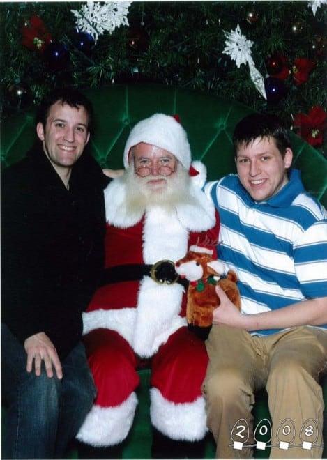 Deux garçons font une photo avec le Père Noël pendant 34 ans - 7
