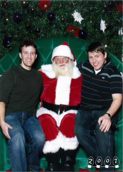 Deux garçons font une photo avec le Père Noël pendant 34 ans - 8