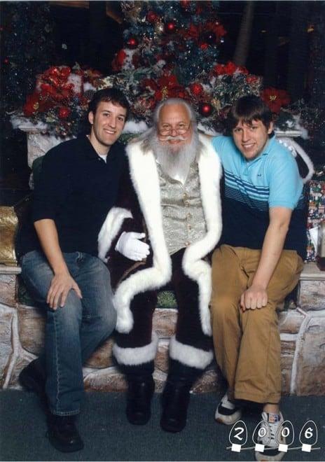 Deux garçons font une photo avec le Père Noël pendant 34 ans – 9