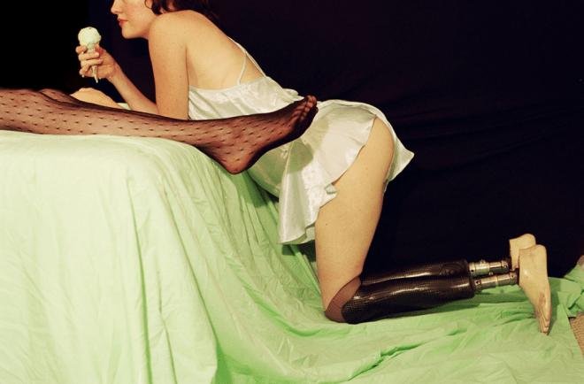 Femme unijambiste avec une glace – photographe Alex Prager
