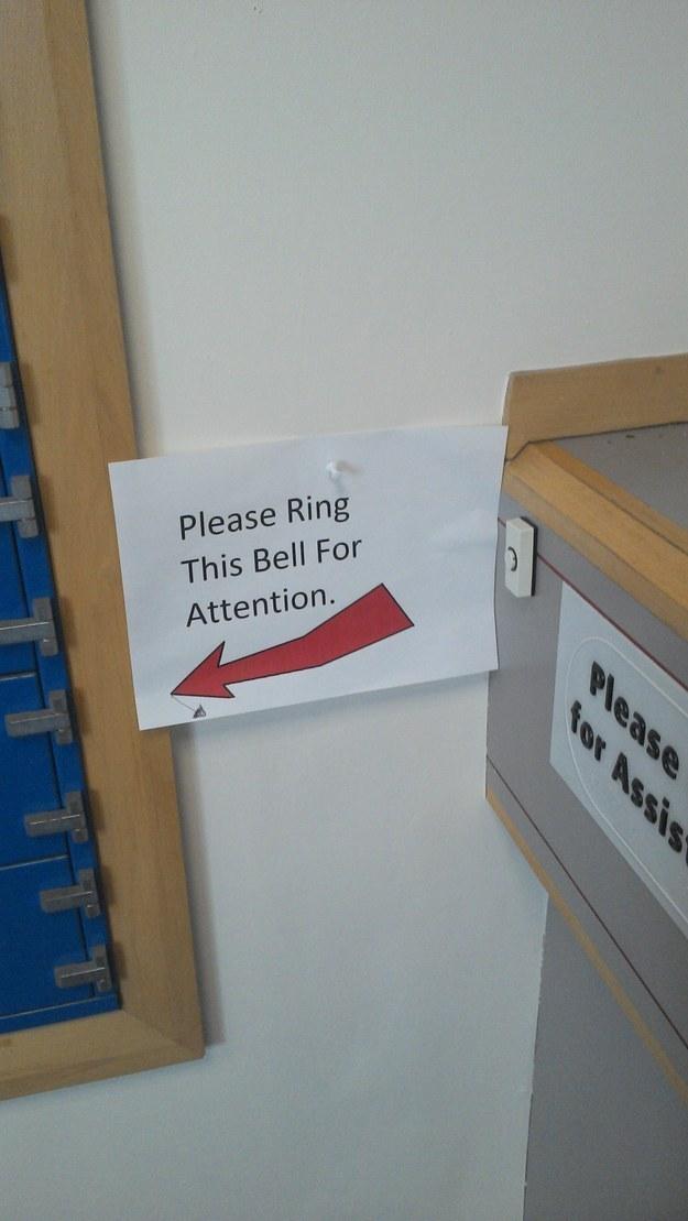 Des panneaux signalétiques qui signalent des choses étranges