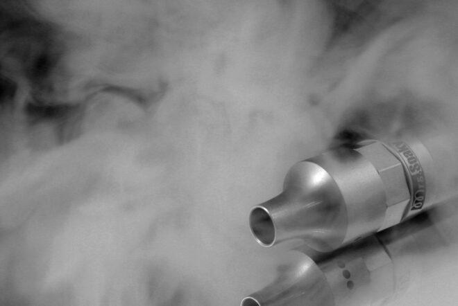 Photo d'illustration. Cigarette électronique et vapeur.